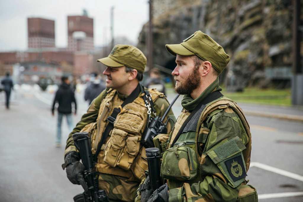 To HV-soldater i bybilde