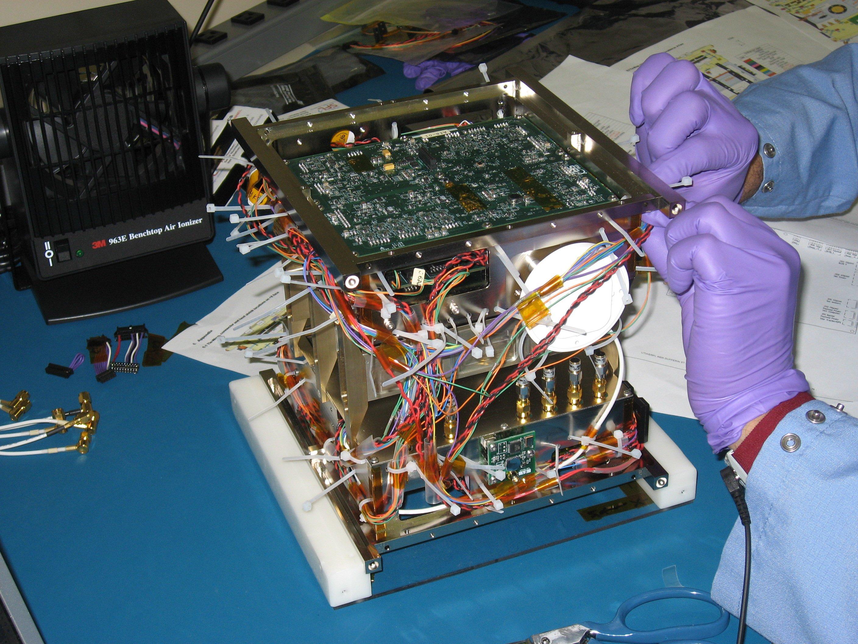 satellitt under bygging
